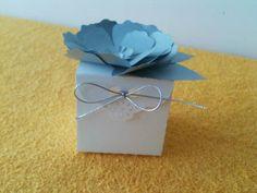 Caixinha para Docinhos, Bem Casados e Lembrancinhas  Feita em papel de alta gramatura, em máquina de corte especial.  PODE SER FEITA NA COR DE SUA FESTA, podendo também ter um lacinho de fita como fechamento para enfeite.  Flor pode ser feita em cores diferentes.  Valor da caixinha sem a flor: R$ 2,50  Encante seus convidados com uma embalagem diferenciada! R$ 2,80