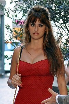Penelope Cruz Photos Photos - Penelope Cruz Films Scenes for 'The Bop Decameron' - Zimbio Penelope Cruz Movies, Penelope Cruz Makeup, Gorgeous Hair, Gorgeous Women, Penelope Cruze, Spanish Actress, Actrices Sexy, Hairstyles With Bangs, Salma Hayek