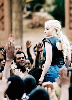 Game Of Thrones - TV Série - books (livros) - A Song of Ice and Fire (As Crônicas de Gelo e Fogo) - blond hair (cabelo loiro) - House Targaryen - family (família) - Daenerys Targaryen (Emilia Clarke) - Mother of Dragons (Mãe dos Dragões) - Mhysa - Queen (rainha) - Khaleesi - dress vestido - blue - azul - people - povo - pessoas - slaves - escravos - free - livres