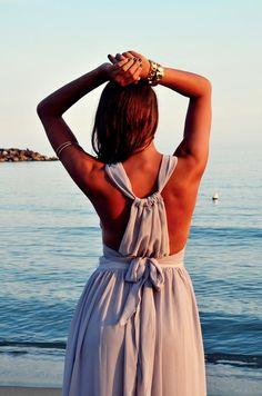 [RO] Daca cautati o rochie lunga de vara, pentru o petrecere, pentru o nunta chic sau pur si simplu pentru o cina romantica pe malul marii,aceasta este perfecta! In sfarist o rochie cu juponul lung. Va garantez calitatea,deoarece am ramas foarte,foarte multumita de aceasta rochie.