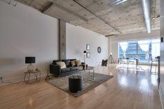 La fourrure et l'or, mariés à l'aspect brut des hauts plafonds de béton donnent un look incroyable à ce loft!