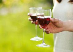 Wijnvlekken Wie rode wijn morst kan er witte wijn overheen gieten, maar dat is zonde van de lekkere drank. Wijnvlekken moet je altijd zo snel mogelijk onder stromend water houden en deppen met schoonmaakazijn. Wie witte wijn heeft gemorst kan er ook een glas spuitwater over gieten. In elk geval moet je het kledingstuk daarna zo snel mogelijk in de wasmachine gooien. ...