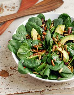 SPINACH has lutein for healthy sparkling eyes. Avocado and Spinach Salad Recipe with Chili Lime Vinaigrette Avocado Spinach Salad, Spinach Salad Recipes, Chicken Salad Recipes, Healthy Salads, Healthy Eating, Spinach Benefits, Clean Eating, Vegan Recipes, Cooking Recipes