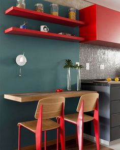 How to Decorate Small Kitchens with Breakfast Bars Breakfast bar is a perfect addition for small kitchen décor. Here are several ways to create a breakfast bar at home. Grey Kitchen Walls, Red Kitchen Decor, Kitchen Wall Colors, Kitchen Interior, Küchen Design, House Design, Apartment Deck, Breakfast Bar Kitchen, Breakfast Nook