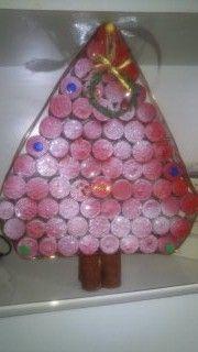 Este es el arbol de navidad de Nerea hecho con corchos de botellas de vino,pintados con una mano de pintura y un pco de purpurina y un lazo alrededor...una maravilla!!!