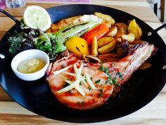 Ένας ακόμα καλός λόγος για να επισκεφτείτε σύντομα το #Ναύπλιο.  Το εστιατόριο Maria's Restaurant στο πανέμορφο #Τολό αποσπά εξαιρετικές κριτικές στο TripAdvisor. Δεν είναι τυχαίο ότι το 2016 έλαβε πιστοποιητικό διάκρισης Certificate of excellence.   Συγχαρητήρια στην chef του εστιατορίου Nikoletta Talagani για τα υπέροχα πιάτα σε ποιότητα, γεύση αλλά και εμφάνιση, όπως η παρακάτω πρόταση σερβιρίσματος της #Καπνιστήςμπριζόλας των Εκλεκτών Αλλαντικών Παντέρη.  #ΕκλεκτάΑλλαντικάΠαντέρη #Smok