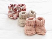 Stricken Baby :Mary Maxim - Free Knit or Crochet Baby Booties Pattern - Free Patterns - Pattern. Booties Crochet, Crochet Baby Booties, Crochet Slippers, Knitted Baby, Crochet Beanie, Baby Bootie Crochet Pattern, Layette Pattern, Baby Slippers, Crochet Gratis