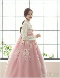 from the side Korean Traditional Dress, Traditional Fashion, Traditional Dresses, Korean Fashion Trends, Asian Fashion, Hanbok Wedding, Korea Dress, Modern Hanbok, Hanfu