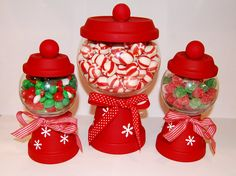 DIY Christmas Candy Holders - Use mini clay pots and glass bowls to create your… Cheap Christmas Crafts, Simple Christmas, Christmas Projects, Holiday Crafts, Christmas Holidays, Christmas Gifts, Christmas Decorations, Christmas Centerpieces, Christmas Ideas