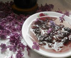 Reteta culinara Dulceata din flori de liliac din categoria Dulceata / Gem. Cum sa faci Dulceata din flori de liliac Liliac, Chutney, Preserves, Acai Bowl, Pudding, Homemade, Breakfast, Party, Desserts