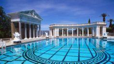 """Hearst Castle; Der Pool: US-Verleger William Randolph Hearst baute in den 1920er-Jahren ein Traumschloss. Highlight ist der """"Neptune Pool"""", benannt nach dem römischen Meeresgott. Das Hauptbecken hat olympische Wettkampfmaße, für Gäste stehen 17 Umkleidekabinen bereit. Einst tummelten sich hier Hollywood-Stars wie Charlie Chaplin und Clark Gable. Das kostet ein Bad: unbezahlbar, da verboten. Aber ein Besuch des Anwesens für 18 Euro lohnt sich."""