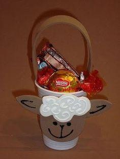 Uma ideia simples e barata para a Páscoa Cristã, é fazer essa ovelhinha com copinho descartável.  Usando EVA, você fará o rostinho...