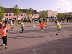 in mijn vrijetijd straatvoetbal ik vaak en geef ook tips en vaardigheden aan de kleinere voetballers