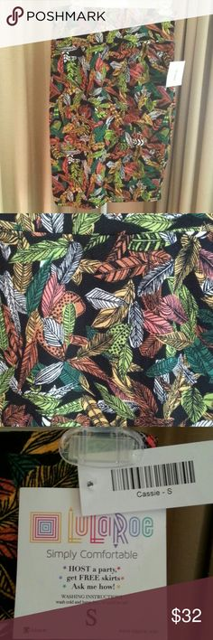 "LulaRoe Cassie Skirt Feather Print Sz S NWT LuLaRoe Cassie Skirt Feather Print 'Simply Comfortable' NWT Sz Small length waist to hem 25"" LuLaRoe Skirts Midi"