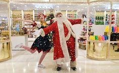 Osastolla päivystää joulupukki ja tonttu.LONTOOSSA JO ELOKUUN ALUSSA JOULU KAUPASSA...IHANAA