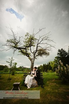 Wieder mal durfte ich eine Hochzeit in Linz begleiten, was ja nicht so oft vorkommt. Julia und Michael gaben sich das Ja-Wort am Pöstlingberg. Zuerst mit dem VW-Käfer Cabrio und dann mit der Pferdekutsche ging es zum Veda Hof in Gramastetten. Dort angekommen mussten wir uns beeilen noch ein paar Portraits in den Kasten zu bringen bevor es zu Regnen begann. Doch ein bevorstehender Platzregen bring schöne dramatische Wolkenstimmung, die man als Fotograf besser nutzen sollte, da man sie ja…
