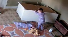 Video detik menakjubkan kanak-kanak 2 tahun tolak rak untuk selamatkan kembarnya terakam   Video detik menakjubkan kanak-kanak 2 tahun tolak rak untuk selamatkan kembarnya terakam | Seorang kanak-kanak berusia dua tahun menjadi hero kepada kembarnya apabila berjaya menolak rak yang terjatuh memerangkap kembarnya itu dalam satu kejadian yang terakam menerusi kamera CCTV.  Video detik menakjubkan kanak-kanak 2 tahun tolak rak untuk selamatkan kembarnya terakam  Brock Shoff dan Bowdy sedang…