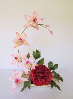 Orquídea cymbidium y peonía