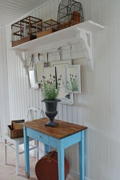 34 Lovely Rustic Hallway To Copy Now - Just because it is a small area doesn't mean you shouldn't put some thought into the design elements in your foyer or entryway. Beach Cottage Decor, Shabby Cottage, Cottage Style, Shabby Chic, Garden Cottage, Cottage Living, Estilo Colonial, Vintage Roses, Inspired Homes