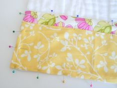 Do you have a baby shower to go to? Want to add just one more quick item to your purchased gift . Burb Cloth Pattern, Diy Baby Bibs Pattern, Baby Bibs Patterns, Bib Pattern, Baby Sewing Projects, Sewing Tutorials, Cloth Diapers, Burp Cloths, Burp Cloth Tutorial