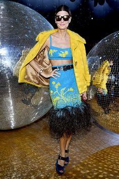 Eine Erkenntnis, die in der Fäschnwelt etwas wert sein muss: Giovanna Battaglia kann sehr gut Gelb tragen, und das tat sie in Paris häufig. Hier ist sie bei Nina Ricci zu Gast: Dieses gelbe Kostümchen mit dem grünen Kurzarmpulli hat einen beschwingten 60s-Vibe und macht so manch einem Betrachtern sicher gute Laune. Mir macht es …