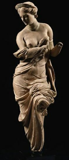 AFRODITA (Olímpico). Diosa del amor, la belleza y el deseo. Los símbolos incluyen la paloma, el pájaro, la manzana, la abeja, el cisne, el mirto y la rosa. Hija de Zeus y de la oceánide Dione, o tal vez nacida de la espuma del mar después de que la sangre de Urano goteara sobre la tierra y el mar tras ser derrotado por su hijo menor Crono. Casada con Hefesto, aunque tuvo muchas relaciones adúlteras, en especial con Ares.
