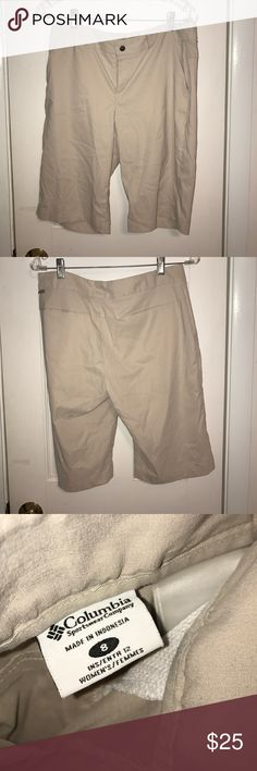 Columbia kaki shorts Bermuda shorts made of polyester that have a zipper and snap button. Has 2 pockets on the front and 2 in the back.  Size 8. Columbia Shorts Bermudas