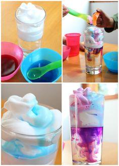 Aprovechen la tarde juntos para contagiar energía positiva con un divertido experimento. Sólo necesitas un vaso, espuma de afeitar y colorante.