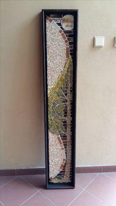 Mozaika zostavená z drobných kúskov obkladačiek a skla-Strom