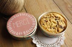 Des cookies faits maison offerts dans une boite à camembert ornée d'une belle étiquette ronde et de scotch décoratif.