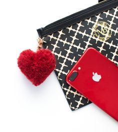 En hjertepompom er veldig enkel å lage. Og siden jeg bare er pittelitt opptatt av detaljer, så laget jeg en hjertepompom i rødt, til å ha på min mobilveske, for å matche mobilen da ser man…♥ Utgangspunktet for hjertepompomen er en rund pompom, eller en dusk om du vil. Jeg har laget min pompom med...Continue