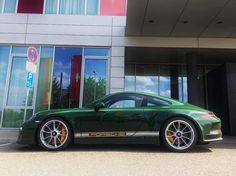 La 911R personnelle de Andreas Preuninger (le directeur du département GT chez Porsche). Pour info la 911R (qui n'est même pas encore commercialisée) est disponible uniquement en GT Silver ou White ! Voici donc la 1ère 911R PTS (Paint to sample). British Racing Green !