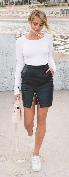 Blogger Janni combineert de witte velcro sneakers met een leren rok en een simpele longsleeve. Perfecte combi! #blogger #style #velcro #trend #shoes #schoenen #klittenband