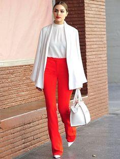 5 peças que deixam o visual mais chique. Blazer branco, blusa branca, calça de alfaiataria vermelha, scarpin branco