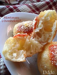 Dolci delizie di casa: febbraio 2014Le Montanare   Ingredienti: 300 g. di farina 00 200 g. di farina 0 100 g. di lievito madre o 10 g. di lievito di birra un cucchiaino di zucchero o miele 2 cucchiai di olio 4 cucchiai di latte 2 cucchiaini di sale olio di arachide per friggere Per il condimento passata di pomodoro 1 spicchio d'aglio olio evo q.b parmigiano o pecorino q.b sale e pepe q.b basilico(quando c'è)