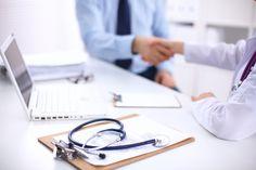 Doctor and Patient sitting on the desk . Przetoka pęcherzowo- pochwowa to jedno z najczęstszych powikłań operacji i zabiegów ginekologicznych w obrębie miednicy mniejszej. Często jest mylona z nietrzymaniem moczu i dlatego należy ona do najbardziej uciążliwych i stresujących przypadłoś... http://portal-zdrowia.pl/powiklania-po-zabiegu-ginekologicznym/