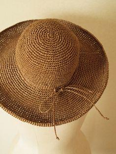 そしてぜひチャレンジしたいのが、麦わら帽子! かぎ針1本でこんな素敵な帽子まで作れるなんて感動ですね。