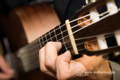 Die Klänge der Gitarre. In einem Bild festgehalten von Ted Hartwig, Hochzeitsfotograf aus Berlin.