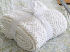 DIY Knit Blanket with Diagonal Basketweave Stitch I ❤ this blanket! Instructions and a quick video showing how to make this Knit Blanket using the Diagonal Basketweave St. Baby Knitting Patterns, Knitting Stitches, Hand Knitting, Crochet Patterns, Manta Crochet, Knit Or Crochet, Blanket Crochet, Crochet Crafts, Yarn Crafts