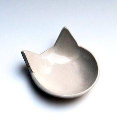 Eine niedliche kleine weiße Katze Schüssel! Diese handgemachte Keramik Schale ist perfekt als Ringschale, schmuckschale, kleine Löffel Rest oder Teebeutel Rest. Macht ein großes Geschenk für Katzen Liebhaber!