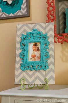 I like the idea of painting the easel Love Picture Frames, Picture Ideas, Chevron Frames, Wood Crafts, Diy Crafts, Chevron Patterns, Frame Stand, Diy Photo, Diy Home Improvement