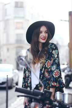Fall / Winter - Spring / Summer - street chic style - boho chic style - floral print kimono - floral print light coat + white t-shirt + black wool wide brim fedora + skinnies + black booties