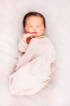 """Sometimes it's the smallest thing that take up the most room in your heart"". - k i d s - Neugeborene Photo Bb, Kind Photo, Foto Newborn, Newborn Shoot, Newborn Pictures, Baby Pictures, Children Photography, Newborn Photography, Little Babies"