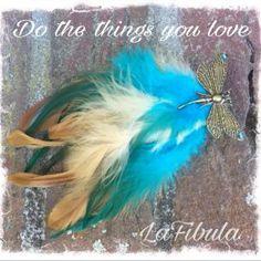 Federclip mit Schmetterling für dein Haar oder deine Kleidung   Dieser Federclip besteht aus blauen und braunen Hahnenfedern. Mit dem Schmetterlingsclip steckst du ihn dir ganz leicht in dein Haar oder an deine Kleidung.  Gerne fertige ich dir einen solchen oder ähnlichen Clip.