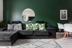 Doen: een donkergroene muur in de woonkamer - Roomed Earthy Living Room, Living Room Green, Green Rooms, Home Living Room, Living Room Designs, Living Room Decor, Wall Behind Sofa, Home Bedroom, Bedroom Decor