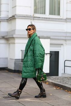 Huge down jackets, a popular trend of street fashion in winter would look good on me Warm Outfits, Trendy Outfits, Winter Outfits, New Street Style, Street Style Trends, Winter Trends, Moda Fashion, Loungewear Set, Winter Looks