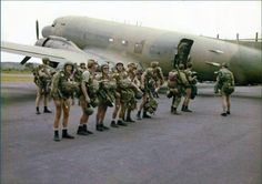 High morale before emplaning for an operational jump. Military Life, Military Art, Military History, Brothers In Arms, Paratrooper, All Nature, Troops, Soldiers, Vintage Shorts