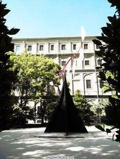 """""""Carmen"""" de Alexander Calder, 1974, jardín Sabatini, Museo de Arte Reina Sofía. Alexander Calder´s """"Carmen"""", 1974  Sabatini Garden, Queen Sophia Museum of Art"""