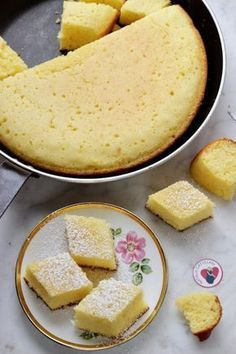 Torta in padella allo yogurt e limone | Tempodicottura.it Just Desserts, Delicious Desserts, Sweet Recipes, New Recipes, My Favorite Food, Favorite Recipes, Molly Cake, Creative Food, I Foods