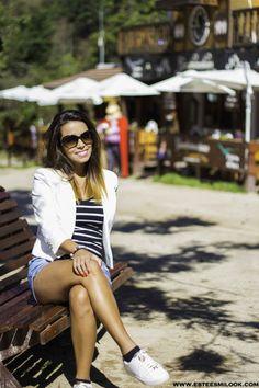 Sneaker, tenis blancos, camiseta de rayas y blazer blanco.  www.esteesmilook.com
